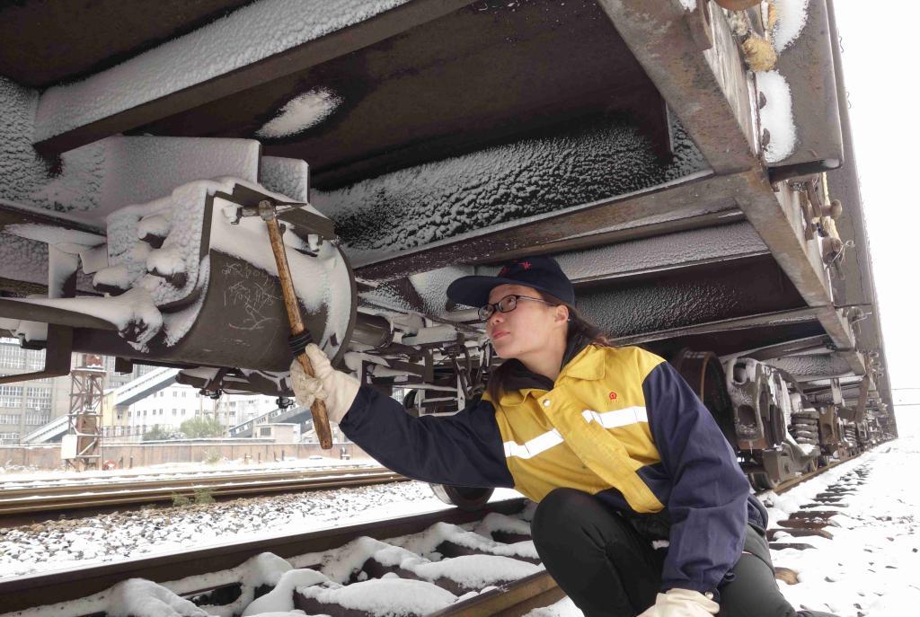 图为:女子列检员雪天检查车辆制动风缸状态。  图为:青年信号工正在检查信号设备  图为:信号女工对道岔进行清扫 近日,淮北地区普降中雪,给矿区铁路运输组织和行车安全带来压力。为确保铁路运输安全畅通,铁运处及时启动应急预案,加强雨雪天气铁路线积雪的清理力度,加大对信号机,转辙机,轨道电路等铁路设备的检查维护,确保煤炭运输安全。(责编:徐成贵)